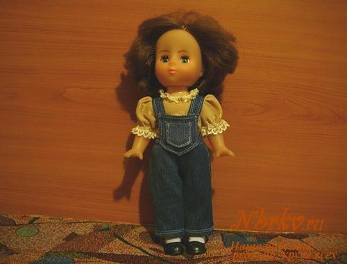 Джинсовый полукомбинезон для куклы своими руками.